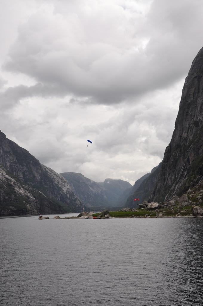 Basejumper'iai Lysefjorde